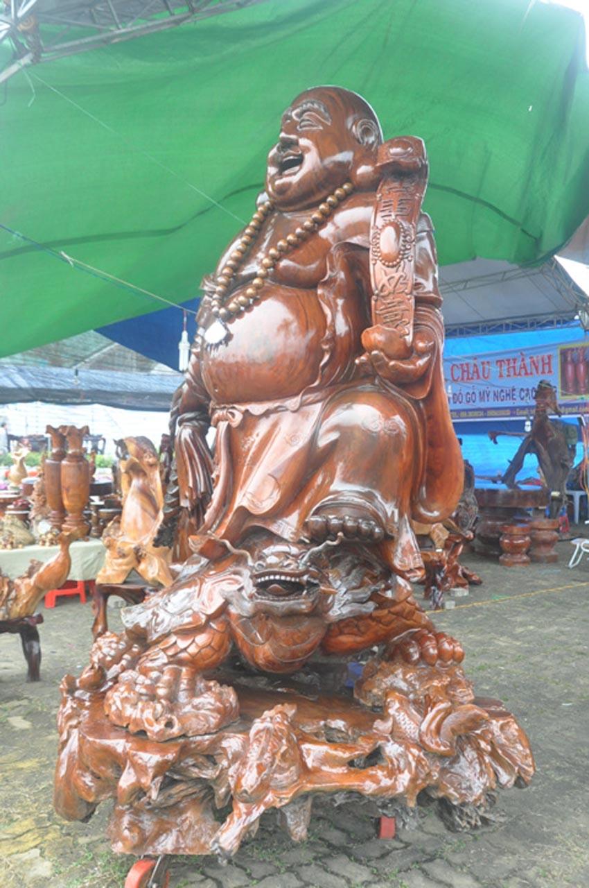 Nhung-mau-tuong-go-lon-nhat-Viet-Nam