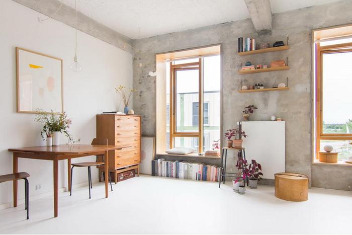 Gần như không gian nội thất đẹp hơn khi được sơn màu trắng và bức tường bê tông ở giữa phòng trọ phát triển thành 1 điểm đặc sắc thời trang.