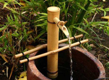 Trang trí phòng khách bằng đài phun nước handmade bằng tre