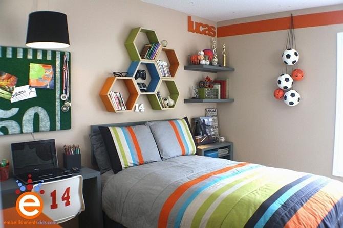 Kệ sách hình lục giác được xếp cạnh nhau mang nhiều màu sắc rất hợp mang căn phòng ranh mãnh của bé trai.